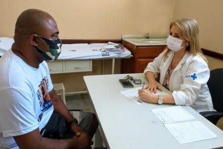 A chefe do do Instituto de Diabetes, Rosane Kupfer, orienta paciente no controle da doença em tempo de pandemia